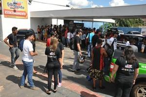 Fãs se aglomeram na fila por autógrafo de Rodrigo Minotauro (Foto: Hélder Rafael)