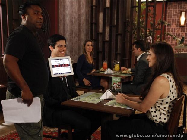 Mateus e Paula momentos antes da gravação da cena (Foto: Pedro Curi / TV Globo)