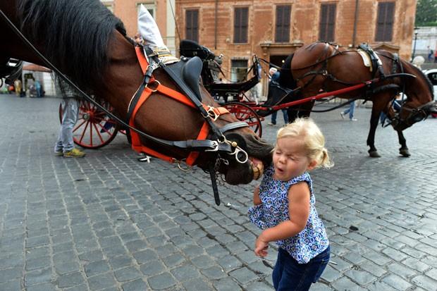 Menina se assustou com a reação do equino em Roma (Foto: Alberto Pizzoli/AFP)