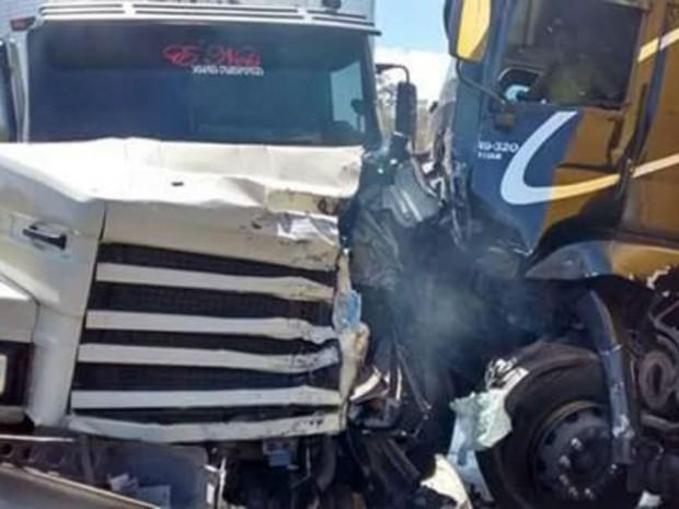 Caminhões colidiram e um deles ficou atravessado na pista (Foto: blogdorodrigoferraz)