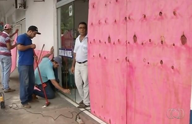 Farmácia teve portas de vidros quebradas durante tiroteio, em São Miguel do Araguaia, Goiás (Foto: Reprodução/TV Anhanguera)