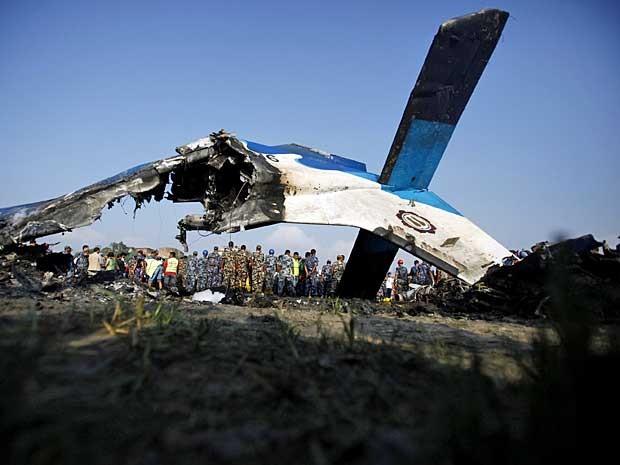 Segundo a polícia, avião se incendiou e piloto tentou pouso de emergência em um rio. (Foto: Niranjan Shrestha / AP Photo)