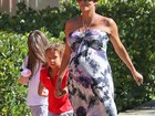 Aos nove meses de gravidez, Halle Berry busca filha na escola