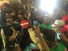 Viviane Araújo e Ludmilla causam tumulto ao chegar para desfile