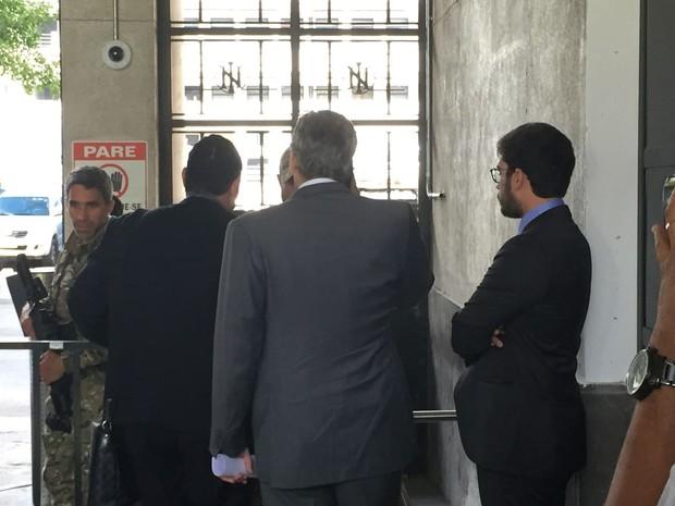 Advogados de Sérgio Cabral chegaram à Polícia Federal por volta das 7h40 da manhã desta quinta-feira (17). (Foto: Cristina Boeckel / G1)