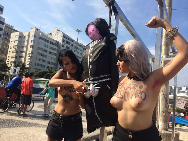 Ativista corta pênis de boneco de Bolsonaro (Foto: Gabriel Barreira / G1)