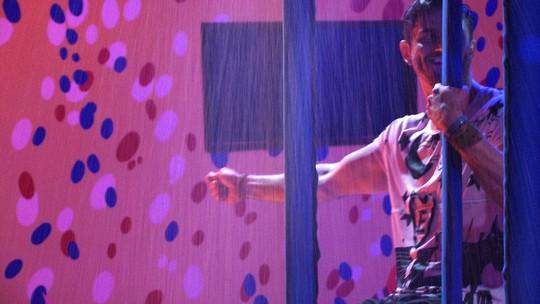 Marcos canta sucesso 'Singing In The Rain' do filme Cantando na chuva