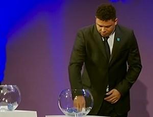 Ronaldo Fenômeno se viu como mão-quente após sorteio (Foto: Reprodução SporTV)