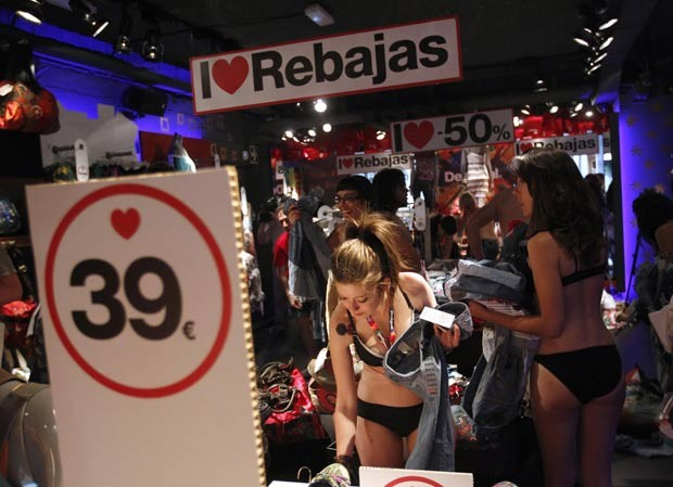 Dezenas de pessoas usaram roupa íntima para aproveitar promoção de loja na Espanha. (Foto: Andrea Comas/Reuters)