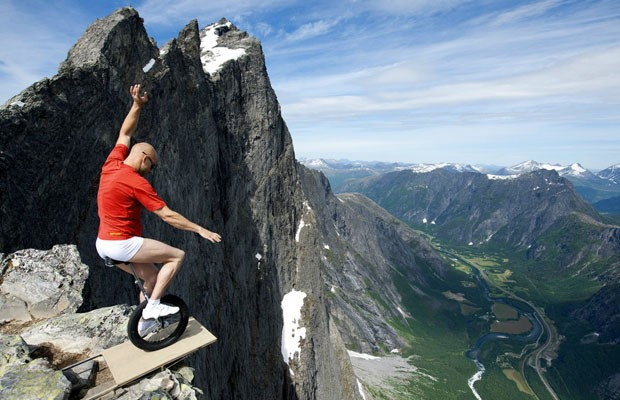 Ronningsbakken também se fotografa sobre monociclos. Nesta imagem, demonstra o seu equilíbrio à beira de um precipício de 1.400m de altura em Trollveggen - conhecida como a Muralha dos Trolls - em Romsdalen, na Noruega. (Foto: Eskil Ronningsbakken/BBC)