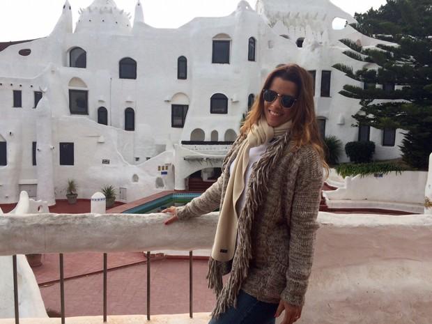 Renata Santos em frente à Casapueblo, em Punta Del Este (Foto: Divulgação)