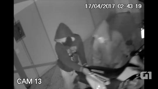Criminosos invadem loja e furtam moto avaliada em R$ 10 mil; veja vídeo