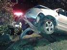 Motorista bate carro em árvore após dormir ao volante em Goiás, diz mãe