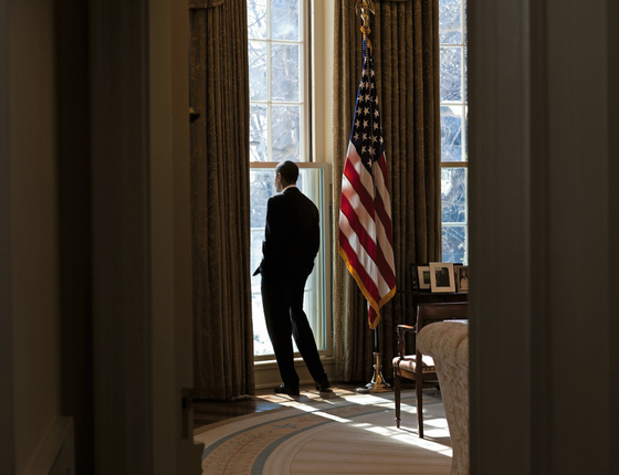 No mesmo Salão Oval, Obama olha pela janela. 50 anos depois, persistem as imagens que levam à curiosidade sobre a solidão que abate os presidente (Foto:  Pete Souza/White House via Getty Images)