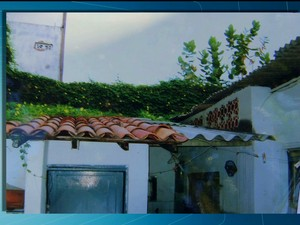 Casa com risco de desbamento amaeça residências em Petrolina (Foto: Reprodução/TV Grande Rio)