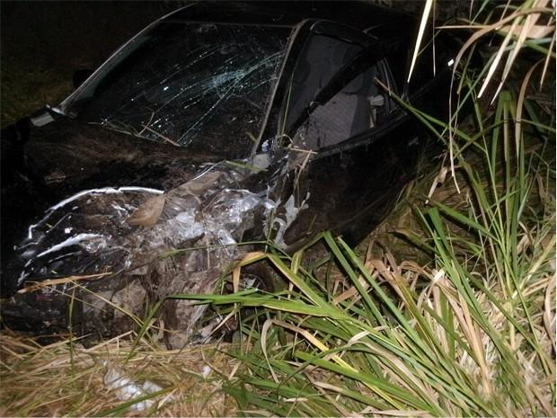 Carro foi atingido na BR-495 por outro veículo, saiu da pista e capotou em Santa Rita de Caldas (Foto: Polícia Civil)