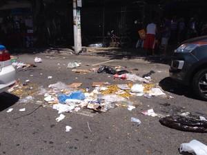 Lixo foi espalhado na Av Assunção e Teixeira e Souza (Foto: Ketherine Giovanessa/Arquivo Pessoal)