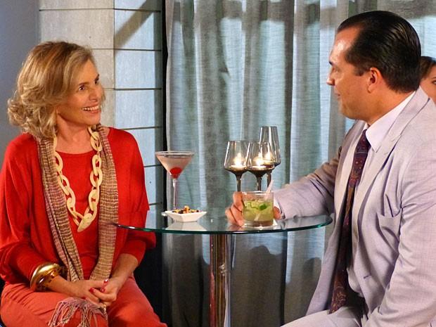 Charlô e Nenê se dão bem conversando em um barzinho (Foto: Guerra dos Sexos / TV Globo)