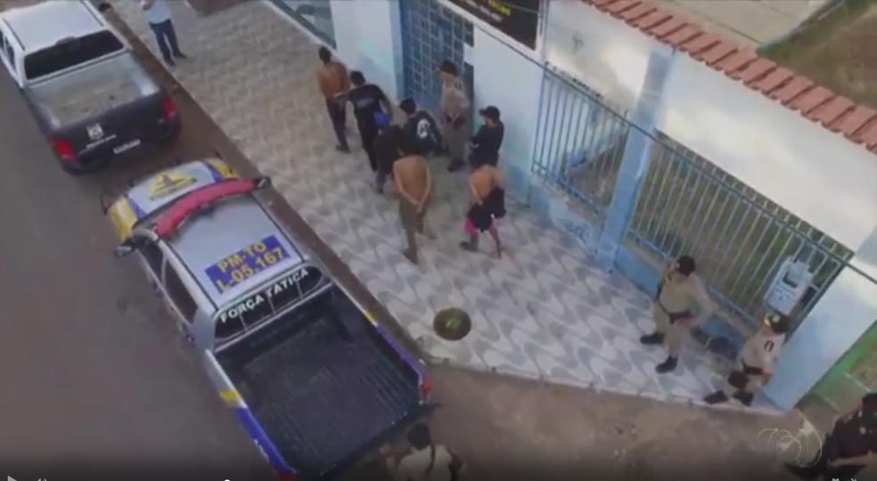 Sete pessoas foram presas suspeitas de tráfico de drogas  (Foto: TV Anhanguera/Reprodução )