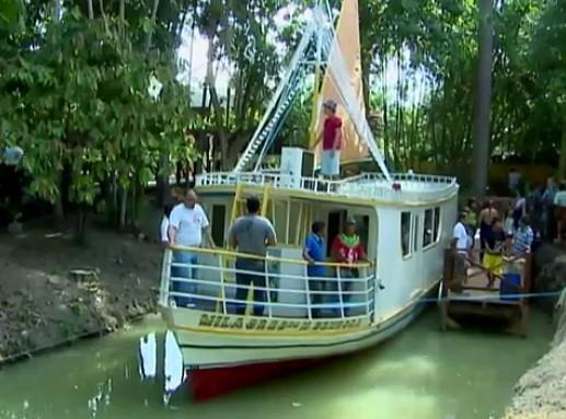 O barco é puchado por um cabo por 80 metros (Foto: Amazônia TV)