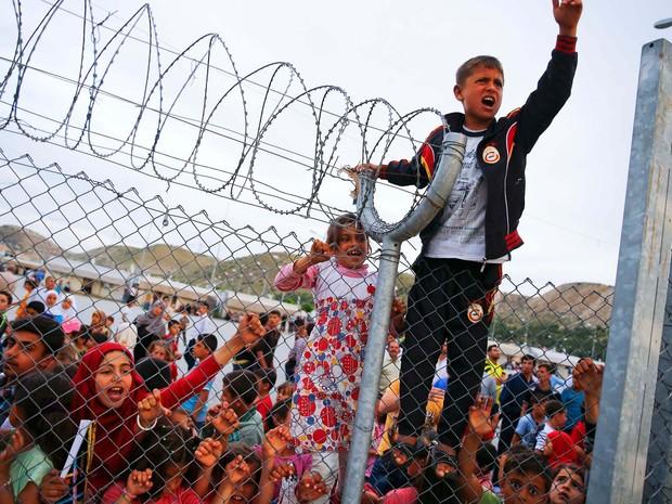 Imagem de arquivo mostra crianças refugiadas atrás das grades do campo de Nizip, na Turquia (Foto: REUTERS/Umit Bektas)