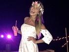 Ex-BBB Adriana comemora aniversário em luau