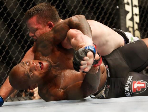 Francis Carmont x CB Dollaway UFC Berlim (Foto: AFP)