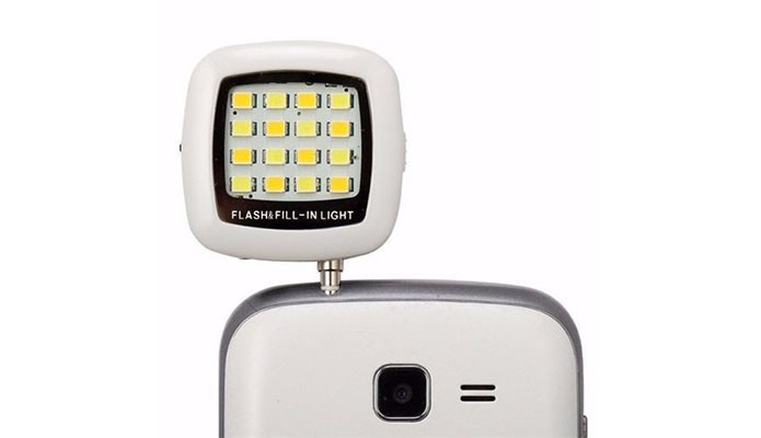 Flash externo melhora fotos noturnas e pode ser usado em selfies (Foto: Divulgação)