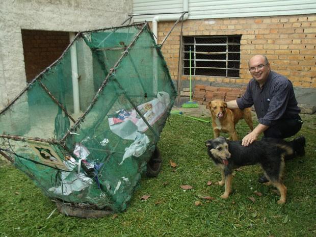 Padre Renato sorri ao lado de Scooby, Preta e a carroça de Miguel (Foto: Arquivo Pessoal)