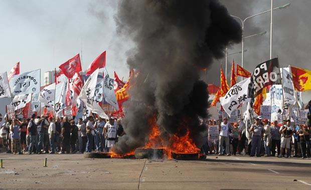 Manifestantes bloqueiam a ponte Pueyrredón, que dá acesso a Buenos Aires, nesta terça-feira (20) (Foto: AFP)