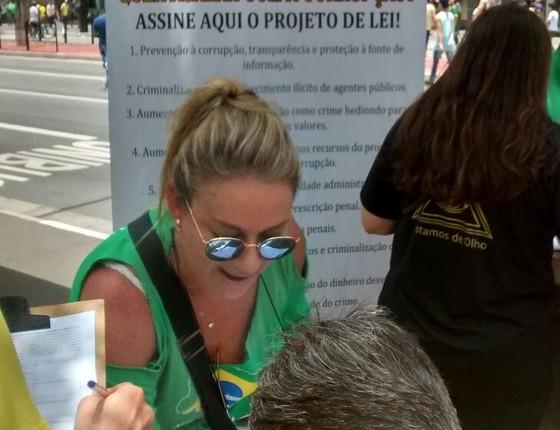 A pedagoga Rosa Richter colhe assinaturas na manifestação em São Paulo (Foto: Marcos Coronato)