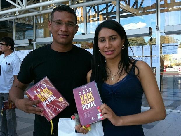 Casal com o fiel escudeiro para a prova: o livro Vade Mecum (Foto: Mônica Dias/G1 AM)
