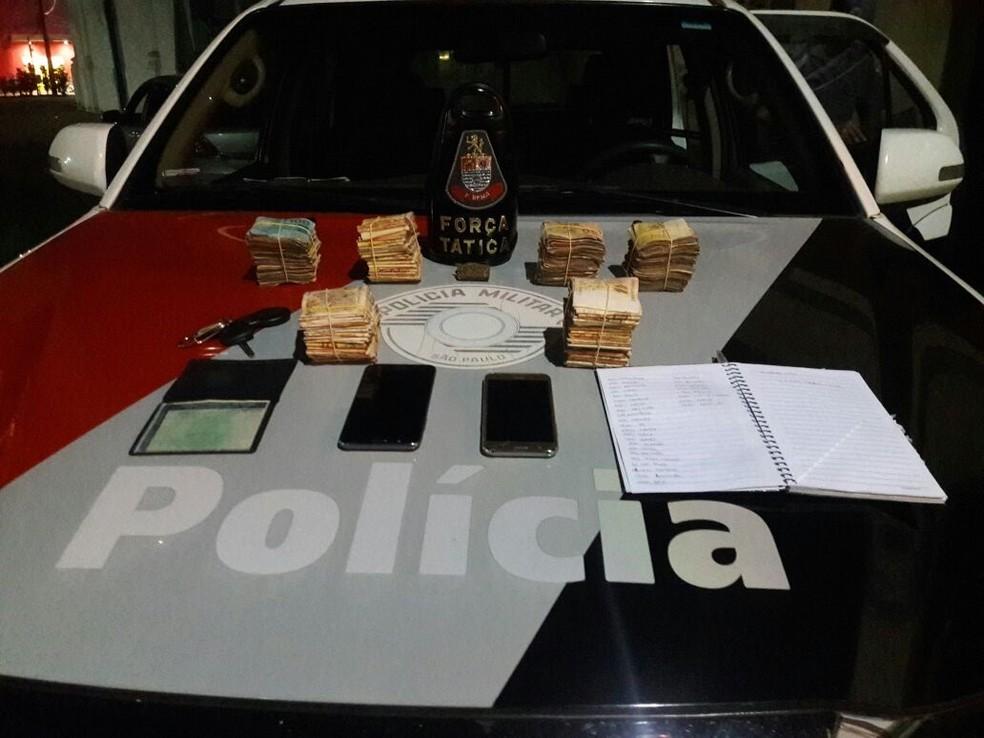 Polícia apreendeu dinheiro, anotações do tráfico e tijolo de maconha (Foto: Divulgação/Polícia Militar)