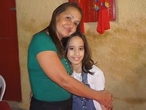 O chamego de Mariana, a neta, com a avó (Foto: Inaê Teles/G1)
