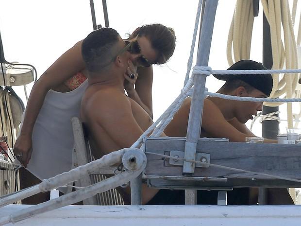Ronaldo Fenômeno beija a namorada, Paula Morais, em Ibiza (Foto: Grosby Group/ Agência)