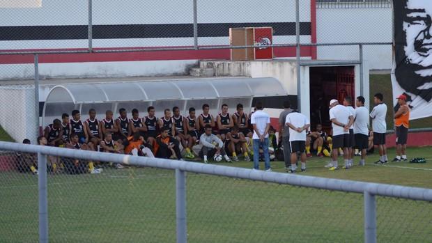 Ernando Rodrigues conversa com jogadores do River Plate-SE (Foto: João Áquila)