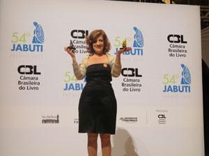 Miriam Leitão mostra os prêmios Jabuti que ganhou na edição 2012 (Foto: Cauê Muraro/G1)
