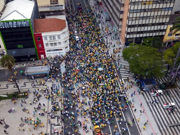 Manifestantes em passeata na Avenida Francisco Glicério, em Campinas (Foto: Reprodução EPTV)