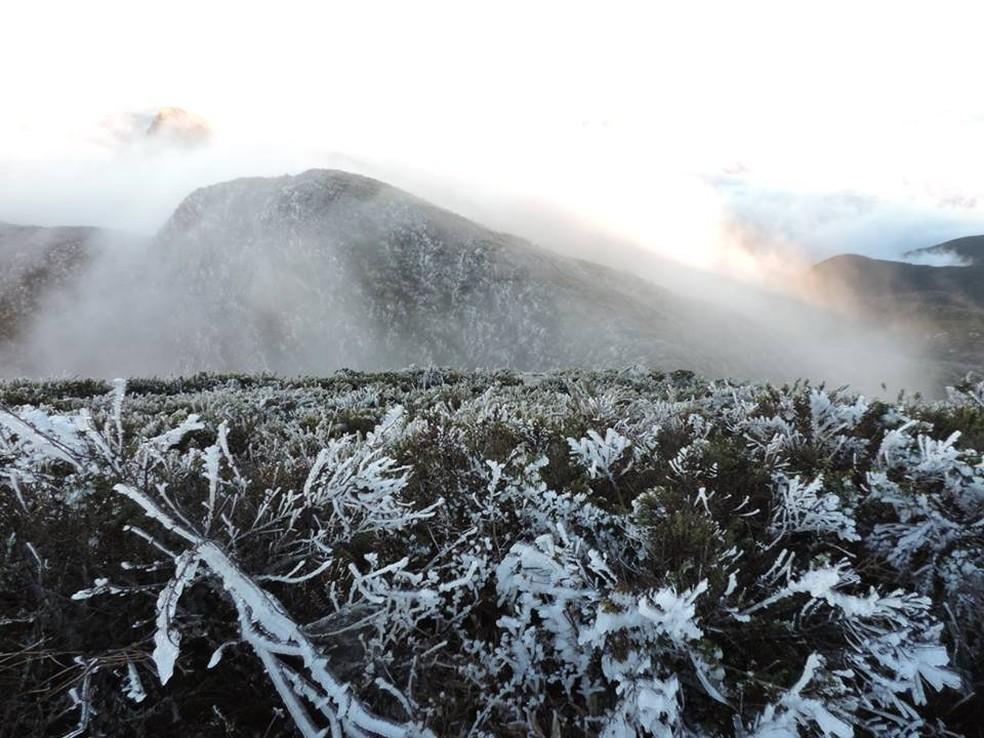 Pico da Bandeira amanhece congelado (Foto: Sairo Guedes)