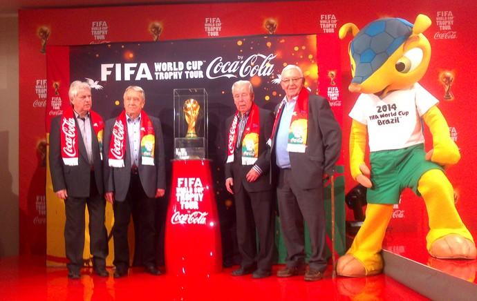 Ex-jogadores da República Tcheca posam ao lado do troféu (Foto: Felipe Schmidt)