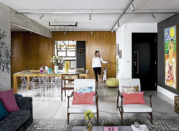 Aqui, a cozinha e a sala são divididas por um painel de freijó (Foto: Edu Castelo/ Editora Globo)