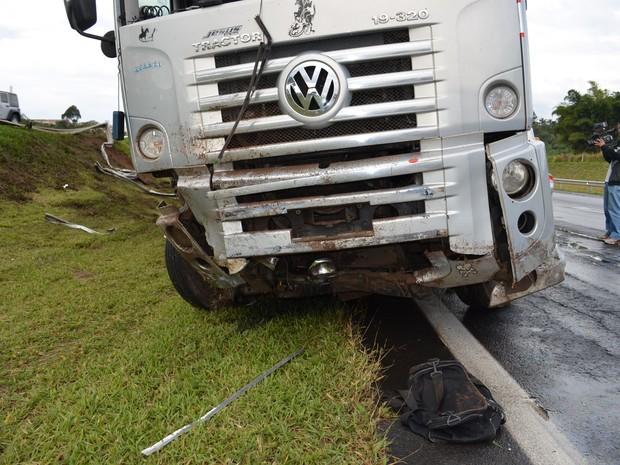 Caminhão colidiu em defensa metálica (Foto: Fábio de Souza/ EPTV)