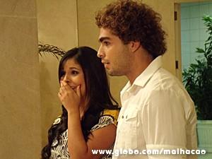 Casal flagra Flaviana e carinha no elevador (Foto: Malhação / TV Globo)