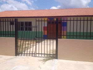 Portão de creche construída foi arrombado, dizem moradores (Foto: John Pacheco/G1)