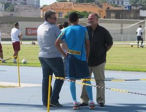 Maurício Assumpção conversa com Sidnei Loureiro e Jadson  (Foto: Thales Soares / globoesporte.com)