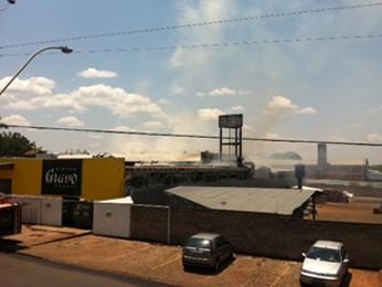 Fogo também atingiu gráfica que fica ao lado da escola (Foto: Jamila Tavares/ G1)
