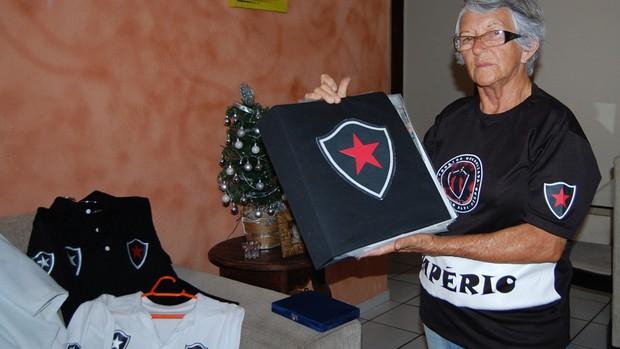 Vovó do Belo, torcedora do Botafogo-PB (Foto: Lucas Barros / Globoesporte.com/pb)
