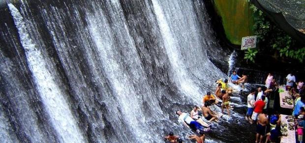 A água da cachoeira invade as mesas e fica nos pés dos clientes (Foto: Divulgação)