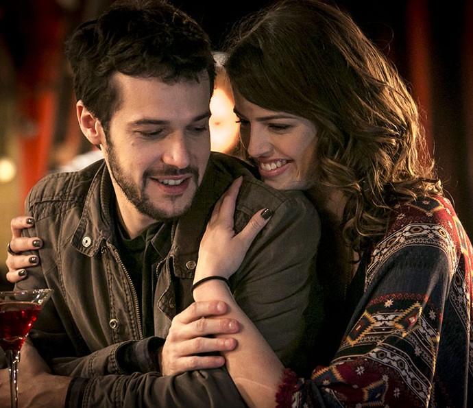 Giovanni e Camila estão cada vez mais apaixonados (Foto: Isabella Pinheiro/Gshow)