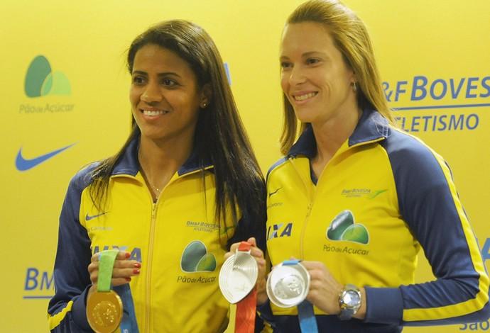 Juliana e Fabiana com as medalhas conquistadas na temporada (Foto: Agência Luz/BM&FBOVESPA)